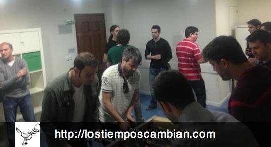 Grupo de Usuarios PHP Alicante jugando al futbolín