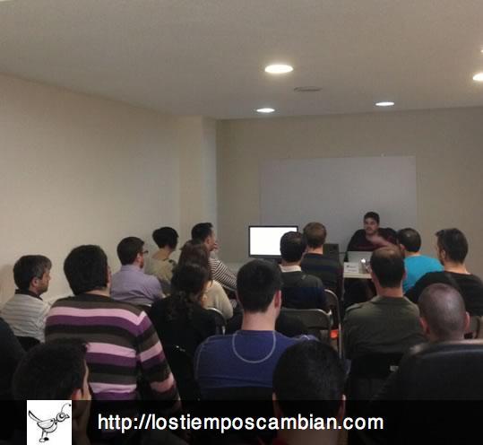 Elad Rodriguez impartiendo la conferencia sobre Proyectos de éxito de PHP en nitsnets | studios